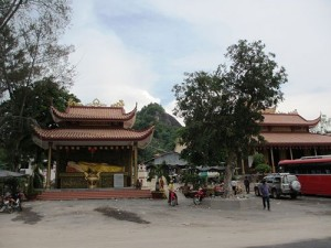 Visiting Banh Xeo Pagoda in border area